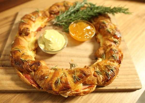 Ham and Cheese Croissant Wreath recipe - The Cooks Pantry